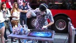 Смотреть Уличный художник баллончиками