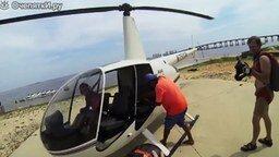Смотреть Прыжки с вертолёта над пляжем