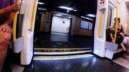 Смотреть Парень против поезда метро
