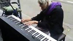 Смотреть Пожилая пианистка