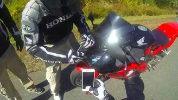 Смотреть Номерной знак прилетел в мотоцикл