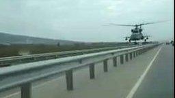 Смотреть Вертолёт пролетает над самой трассой