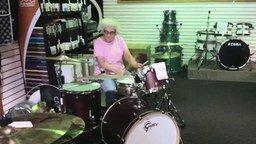 Бабушка-барабанщица смотреть видео - 1:24