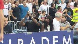 Смотреть Девушка впервые на спортивном матче