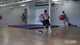 Смотреть Эпичные и глупые неудачи с гимнастическим мячом