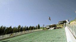 Смотреть Зрелищный прыжок на мотоцикле