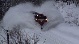 Смотреть Поезда рассекают снежные сугробы