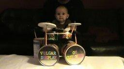 Смотреть Папа готовит сына к стезе барабанщика