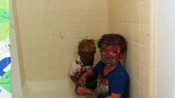 Смотреть Дети поиграли с красками