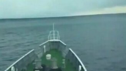 Смотреть Судно переваливает через волну цунами