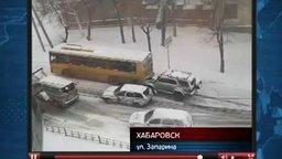 Смотреть Джип толкнул автобус в горку