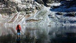 Смотреть Совершенно прозрачный лёд на озере