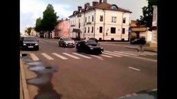 Пешеход наказал лихача смотреть видео прикол - 0:24