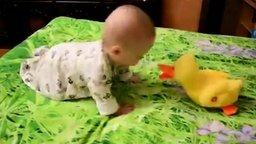 Смотреть Малыш танцует с уткой