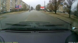 Смотреть Водитель помог детям перейти дорогу
