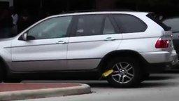 Смотреть Девушка разбила оковы своего авто