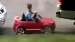 Смотреть Мальчуган запарковал своё авто