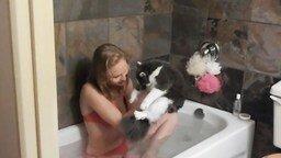 Смотреть Девушка купается с кошкой