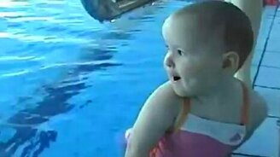 Малышка любит нырять