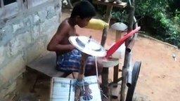 Молодой заядлый барабанщик
