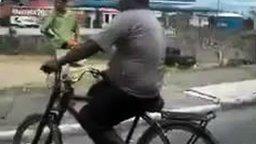 Смотреть Велосипедист с газовым баллоном на голове