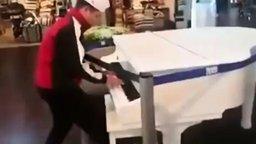 Смотреть Случайная импровизация на рояле