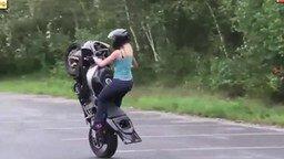 Девушка против мотоцикла смотреть видео - 0:21