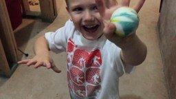 Смотреть В какой руке мячик?