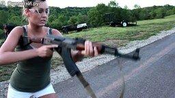 Смотреть Полуобнажённые девушки с оружием
