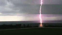 Удар молнии в море смотреть видео - 0:32