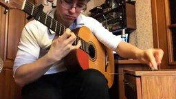 Смотреть Гений играет на гитаре и ручке