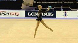 Смотреть Искусная гимнастка с мячом