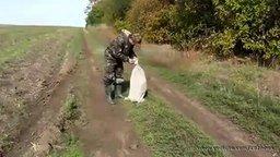 Смотреть Охотники спасают собаку