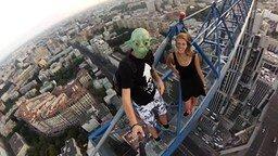 Безбашенная девушка на башенном кране смотреть видео - 1:56