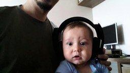Смотреть Отец дал сыну впервые послушать рок