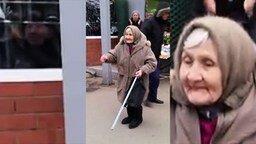 Смотреть Бабушка танцует у рынка