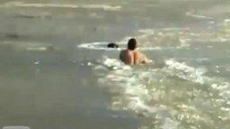 Парень спасает собаку из оков льда смотреть видео - 0:58