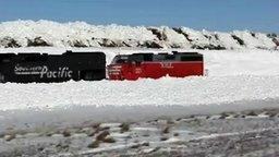 Смотреть Поезд застревает в сугробе