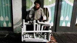 Смотреть Ритмичная игра на водопроводных трубах