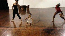 Смотреть Двухлетняя дочка учит танцевать родителей