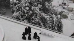 Монахи играют в снежки смотреть видео прикол - 0:43