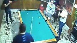Удачливый бильярдист-любитель смотреть видео - 0:51