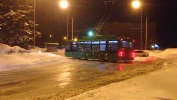 Смотреть Слишком смелый дрифт на троллейбусе