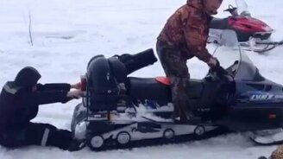Смотреть Мужика засосало в снегоход