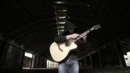 Смотреть Человек-оркестр с акустической гитарой