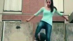 Смотреть Девушка ловко управляется с мячом