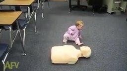 Малыш оказывает первую помощь смотреть видео прикол - 1:00