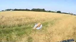 Удачно приземлился на поле... смотреть видео прикол - 0:43