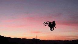 Смотреть Трюки в пустыне на мотоциклах