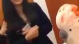 Смотреть Попугай пародирует женщин
